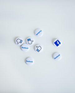 botones blancos con signo de facebook y me gusta