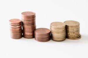 monedas apiladas sobre fondo blanco