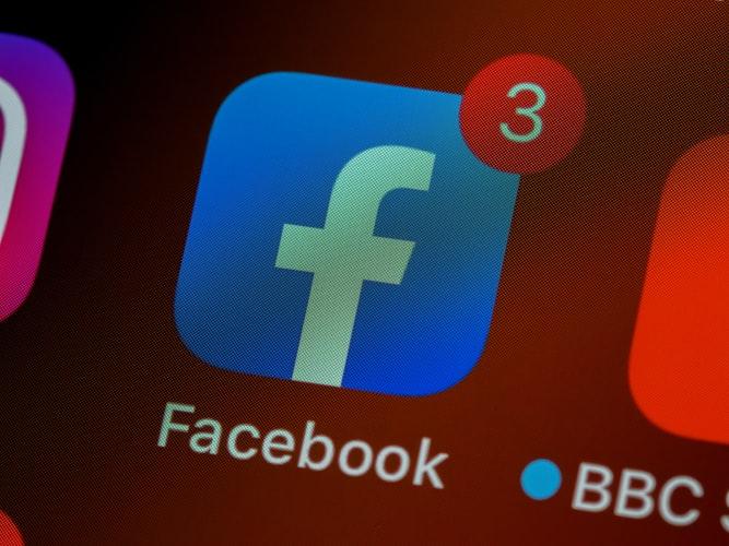 icono de facebook en el celular con notificacion