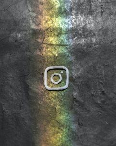 logo de instagram con arcoiris sobre fondo gris
