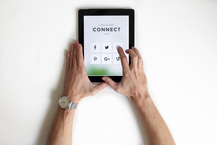 manos tocando tablet conectando redes sociales