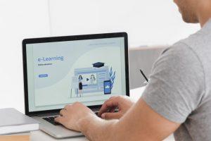 persona usando laptop para navegar en landing page