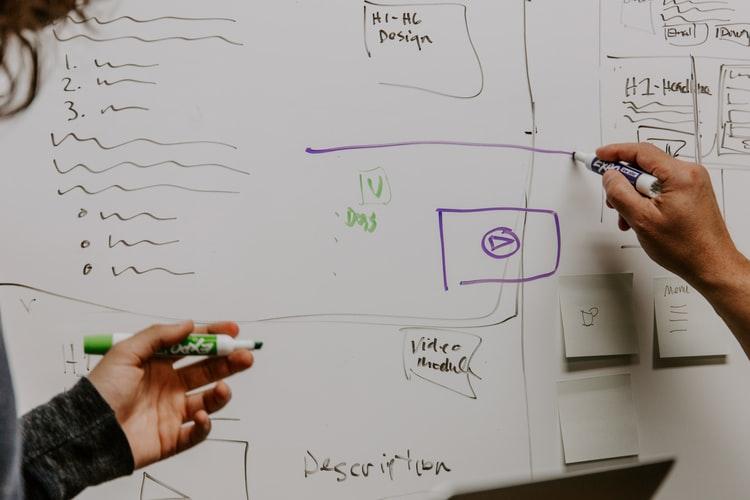 pizarra con escrituras en marcador. imagen ilustrativa