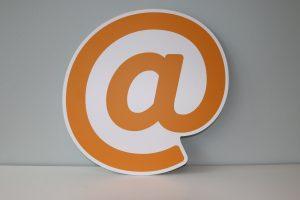 cartel de arroba en naranja. email marketing