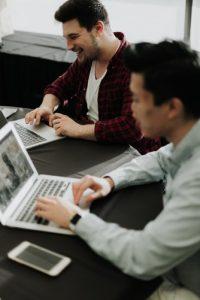 personas trabajando en sus computadoras. satisfacción de los clientes